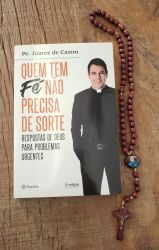 Livro Quem Tem Fé Não Precisa De Sorte + Terço Em Madeira Maria Passa Na Frente