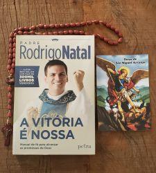 Livro A Vitória É Nossa ( Padre Rodrigo) + Terço Em Madeira São Miguel Arcanjo